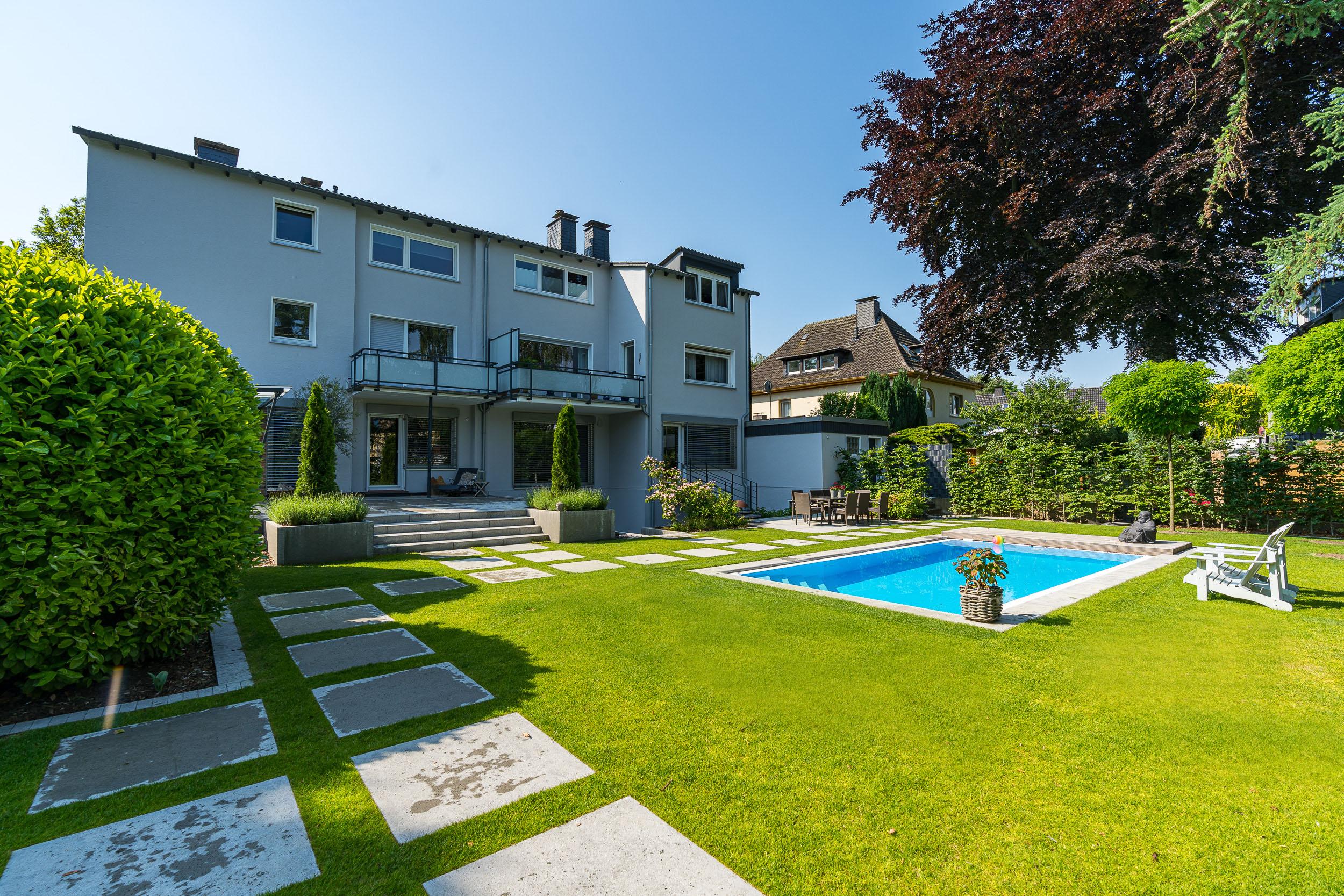 privatgarten mit pool wei ner garten und landschaftsbau. Black Bedroom Furniture Sets. Home Design Ideas